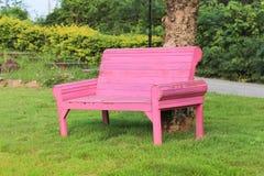 Ξύλινη έδρα στον κήπο Στοκ Φωτογραφία