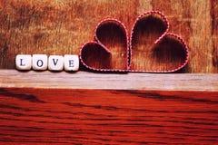 Ξύλινη αγάπη μορφής καρδιών υποβάθρου Στοκ Φωτογραφίες