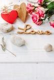 ξύλινη ΑΓΑΠΗ λέξης με τα τριαντάφυλλα και τις καρδιές - υπόβαθρο ημέρας βαλεντίνων στοκ φωτογραφία με δικαίωμα ελεύθερης χρήσης