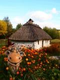 Ξύλινη αγελάδα αργίλου σπιτιών κούτσουρων παλαιά ουκρανική Στοκ εικόνα με δικαίωμα ελεύθερης χρήσης