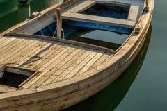 Ξύλινη αναδρομική βάρκα σε ένα νερό Στοκ εικόνες με δικαίωμα ελεύθερης χρήσης