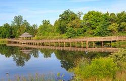 Ξύλινη αντανάκλαση Arrowbrook Herndon VA νερού Gazebo θαλασσίων περίπατων στοκ εικόνα