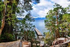 Ξύλινη αποβάθρα στην ξύλινη αποβάθρα στο εθνικό πάρκο Los Arrayanes Στοκ Εικόνες