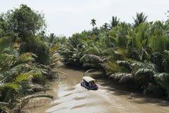 Ξύλινη βάρκα που πλέει κάτω από το ποταμό Μεκόνγκ Βιετνάμ Στοκ Εικόνα