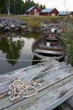 Ξύλινη βάρκα που στέκεται στην αποβάθρα Στοκ εικόνες με δικαίωμα ελεύθερης χρήσης