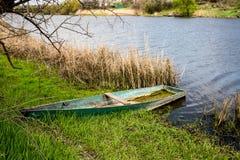 Ξύλινη βάρκα στην ακτή ποταμών Στοκ Εικόνες