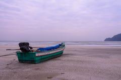 Ξύλινη βάρκα στην παραλία και το couldy ουρανό Στοκ φωτογραφία με δικαίωμα ελεύθερης χρήσης
