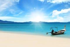 Ξύλινη βάρκα στην παραλία την ηλιόλουστη ημέρα Στοκ Φωτογραφία