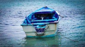 Ξύλινη βάρκα στην παραλία φιλμ μικρού μήκους