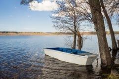 Ξύλινη βάρκα στη λίμνη την άνοιξη στοκ φωτογραφία με δικαίωμα ελεύθερης χρήσης