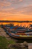 Ξύλινη βάρκα στη γέφυρα Ubein στην ανατολή, Mandalay, το Μιανμάρ Στοκ φωτογραφία με δικαίωμα ελεύθερης χρήσης