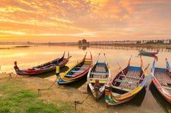 Ξύλινη βάρκα στη γέφυρα Ubein στην ανατολή, Mandalay, το Μιανμάρ Στοκ εικόνες με δικαίωμα ελεύθερης χρήσης