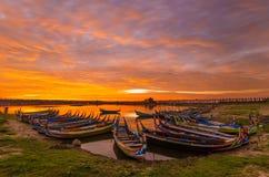 Ξύλινη βάρκα στη γέφυρα Ubein, Mandalay, το Μιανμάρ Στοκ Εικόνες