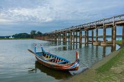 Ξύλινη βάρκα στη γέφυρα Ubein, Mandalay, το Μιανμάρ Στοκ Εικόνα