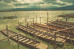 Ξύλινη βάρκα στο μόνο εκλεκτής ποιότητας τόνο λιμνών Στοκ Εικόνες