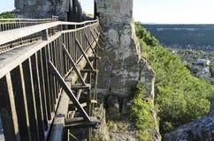 Ξύλινη γέφυρα με το βράχο Στοκ εικόνα με δικαίωμα ελεύθερης χρήσης