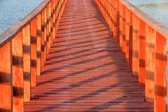 Ξύλινη γέφυρα με το όμορφο φως και σκιά στη θάλασσα στη Μπανγκόκ Ταϊλάνδη στοκ εικόνες