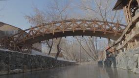 Ξύλινη γέφυρα πέρα από έναν κολπίσκο στο πάρκο φιλμ μικρού μήκους