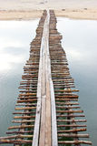Ξύλινη γέφυρα πέρα από τη θάλασσα Στοκ Εικόνα