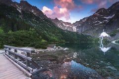 Ξύλινη γέφυρα ποδιών στα βουνά hing πέρα από τη λίμνη Στοκ φωτογραφία με δικαίωμα ελεύθερης χρήσης
