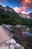 Ξύλινη γέφυρα ποδιών στα βουνά hing πέρα από τη λίμνη Στοκ Φωτογραφία