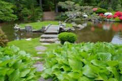 Ξύλινη γέφυρα ποδιών στους παλαιούς ιαπωνικούς κήπους Στοκ εικόνες με δικαίωμα ελεύθερης χρήσης