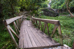 Ξύλινη γέφυρα ποδιών Στοκ φωτογραφία με δικαίωμα ελεύθερης χρήσης