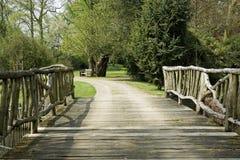 Ξύλινη γέφυρα σε ένα πάρκο στοκ φωτογραφίες με δικαίωμα ελεύθερης χρήσης