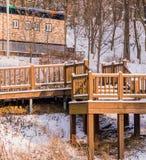 Ξύλινη γέφυρα σε μια δασώδη περιοχή που καλύπτεται στο χιόνι Στοκ εικόνα με δικαίωμα ελεύθερης χρήσης