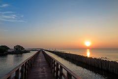 Ξύλινη γέφυρα στη θάλασσα με την ανατολή στοκ εικόνες