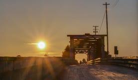 Ξύλινη γέφυρα στο ηλιοβασίλεμα Στοκ Εικόνα