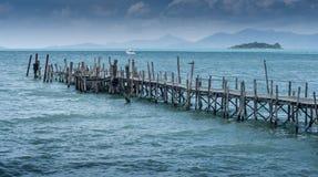 Ξύλινη γέφυρα της Νίκαιας με το μπλε υπόβαθρο θάλασσας στο νησί Samui στοκ φωτογραφία με δικαίωμα ελεύθερης χρήσης