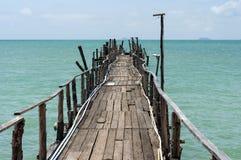 Ξύλινη γέφυρα της Νίκαιας με το μπλε υπόβαθρο θάλασσας στο νησί Samui στοκ εικόνα με δικαίωμα ελεύθερης χρήσης