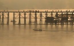 Ξύλινη γέφυρα Sangkhlaburi στην επαρχία Kanjanaburi, Ταϊλάνδη, ημέρα πρωινού Στοκ Φωτογραφία