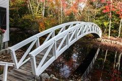 Ξύλινη γέφυρα Somesville με τις αντανακλάσεις στο νερό Στοκ Εικόνες