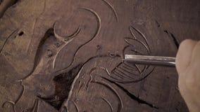 Ξύλινη γλυπτική Τροχιστής με τη σμίλη και το σφυρί φιλμ μικρού μήκους