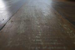 Ξύλινη επιτραπέζια επιφάνεια Grunge κατά την άποψη προοπτικής Μεγάλος για τα υπόβαθρα στοκ φωτογραφίες