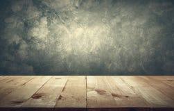 Ξύλινη επιτραπέζια κορυφή με το εκλεκτής ποιότητας αντίγραφο s υποβάθρου τοίχων τσιμέντου grunge στοκ φωτογραφίες