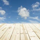 Ξύλινη επιτραπέζια κορυφή στα μουτζουρωμένα υπόβαθρα μπλε ουρανού Στοκ φωτογραφία με δικαίωμα ελεύθερης χρήσης
