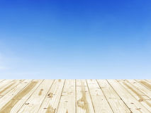 Ξύλινη επιτραπέζια κορυφή στα σαφή υπόβαθρα μπλε ουρανού Στοκ φωτογραφία με δικαίωμα ελεύθερης χρήσης