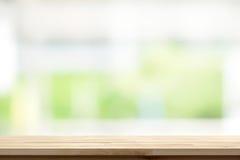 Ξύλινη επιτραπέζια κορυφή στο άσπρο πράσινο υπόβαθρο παραθύρων κουζινών θαμπάδων Στοκ Εικόνες