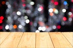 Ξύλινη επιτραπέζια κορυφή στο λαμπρό υπόβαθρο bokeh Στοκ Εικόνες