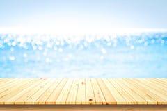 Ξύλινη επιτραπέζια κορυφή στο θολωμένο υπόβαθρο θάλασσας στοκ εικόνα με δικαίωμα ελεύθερης χρήσης