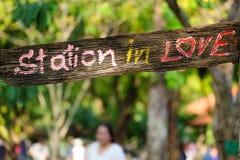Ξύλινη ετικέτα «σταθμός ερωτευμένος» Στοκ φωτογραφία με δικαίωμα ελεύθερης χρήσης