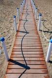 Ξύλινη διάβαση πεζών πέρα από τους αμμόλοφους άμμου στην παραλία Διάβαση παραλιών Lido Di Ostia Lido στο Di Ρώμη, ιδιωτική παραλί Στοκ Εικόνες