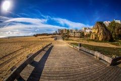 Ξύλινη διάβαση πεζών στην άποψη Praia DA Rocha παραλιών Στοκ Εικόνες