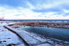 Ξύλινη διάβαση πεζών στη δύσκολη ακτή της λίμνης Ladoga Στοκ φωτογραφία με δικαίωμα ελεύθερης χρήσης
