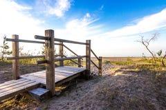 Ξύλινη διάβαση πεζών στον αμμόλοφο άμμου στην παραλία στοκ φωτογραφία με δικαίωμα ελεύθερης χρήσης