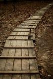 Ξύλινη διάβαση πεζών το φθινόπωρο χωρίς το πρόσωπο Στοκ Φωτογραφία