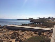 Ξύλινη διάβαση στην παραλία της Κύπρου Στοκ Εικόνες